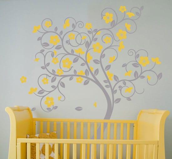 farbgestaltung babyzimmer mit grauer wand und Wandtattoo baum mit gelben Blumen- gelbes Babybett