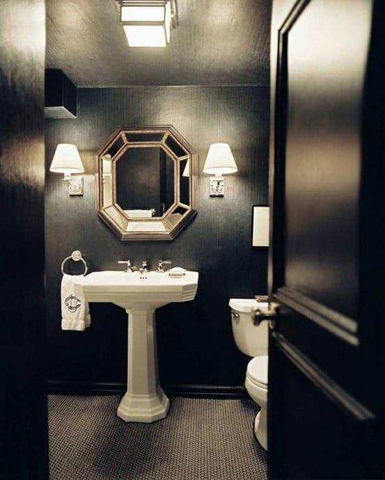 badezimmer schwarz mir weißen wandleuchten und waschbecken