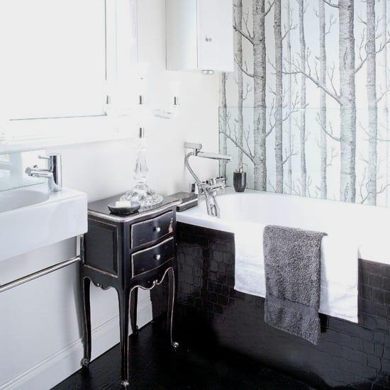 wandtapete mit Baummotiv-weiße badezimmer mit schwarzer badewanne und schwarzem Boden