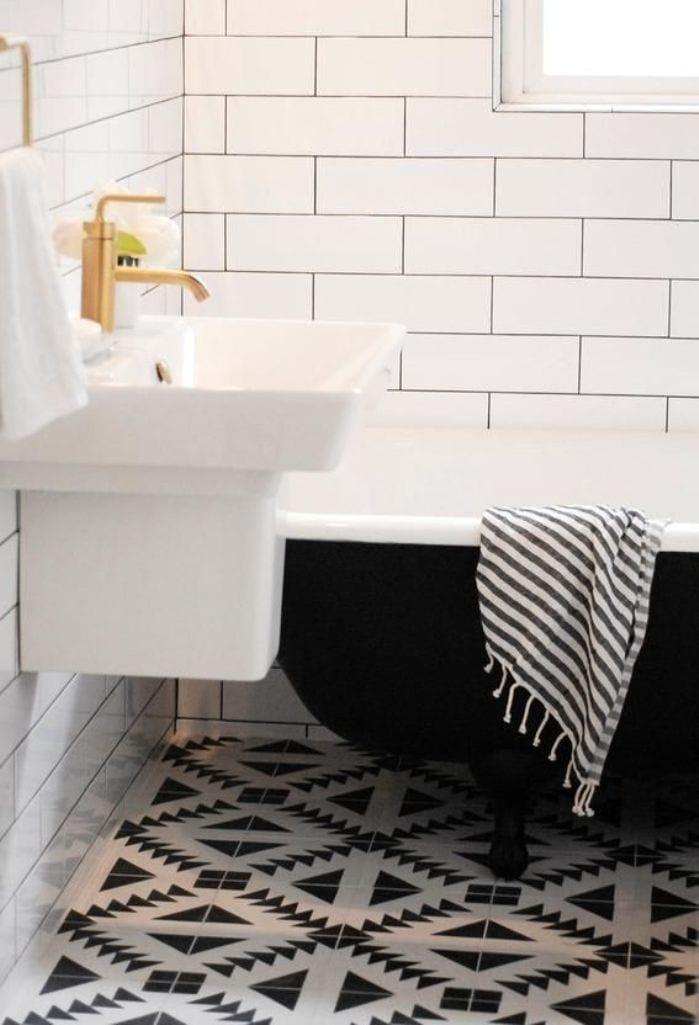 Badezimmer fliesen weiß- bodenfliesen weiß mit schwarzem Motiv- freistehende badewanne schwarz