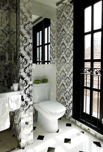 kleiness badezimmer einrichten mit weißen Tapeten mit schwarzem blumenmotiv-fensterrahmen schwarz-fliesen badezimmer weiß mit kleinen schwarzen quadraten