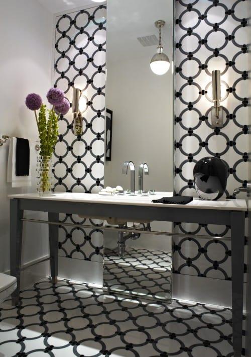 badezimmer einrichten- badezimmerspiegel-moderner waschtisch in grau mit weißer Platte