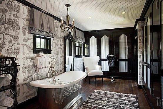 badezimmer mit holzboden und schwarzem kleiderschranktüren mit weißem gardinen-weiße wandtapete mit motiv-freistehende badewanne aus Metall