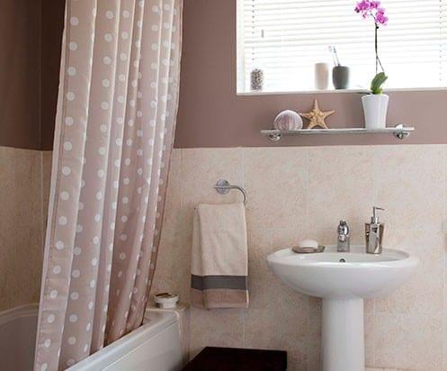 badezimmer farbgestaltung in altrosa mit duschvorhang rosa mit weißen punkten