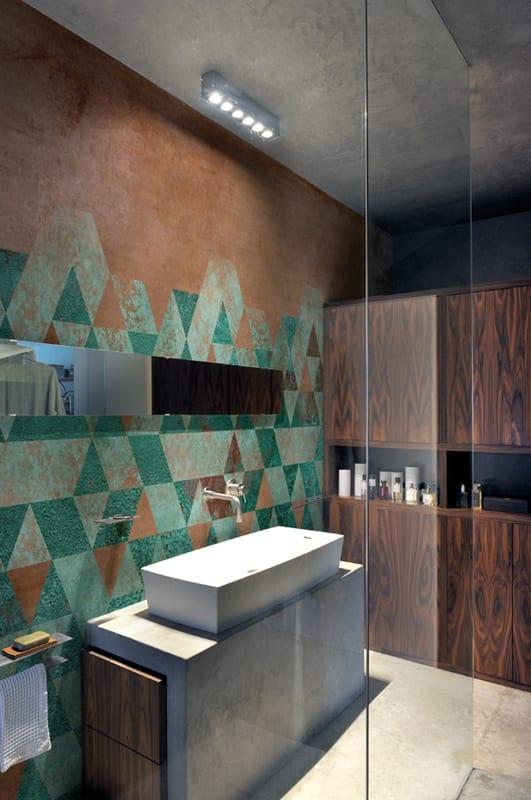 modernes badezimmer mit wandtapete und waschtisch aus beton