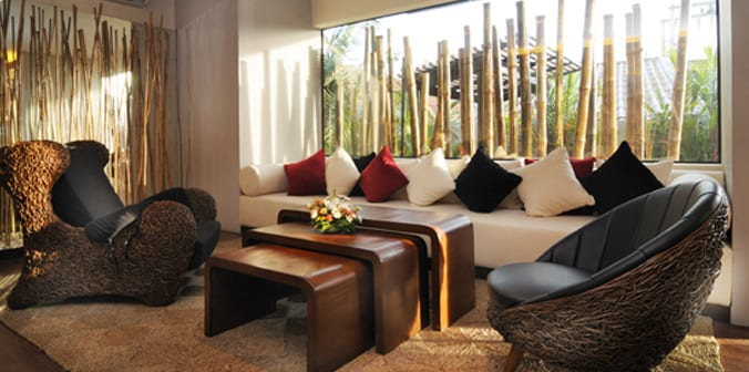 Ideen für Wohnzimmergestaltung mit Bambusstäben und weißem Polstersofa mit roten und schwarzen Kissen-hochteppich beige- Kaffeetisch Set aus Holz