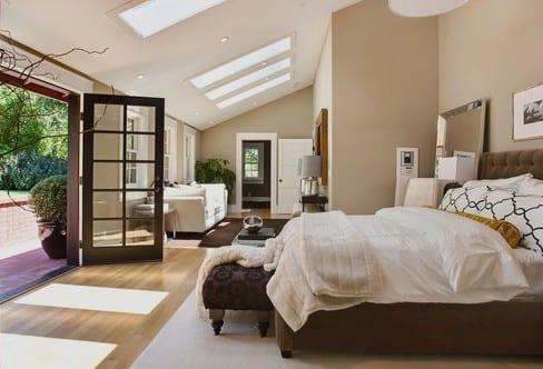 modernes schlafzimmer mit laminatboden und teppichen beige und braun-bett dekorieren und spiegel im schlafzimmer