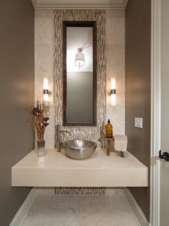 modernes badezimmer mit Wandfarbe taupe und beige-badezimmerspiegel mit Holzrahmen-wandgestaltung ideen