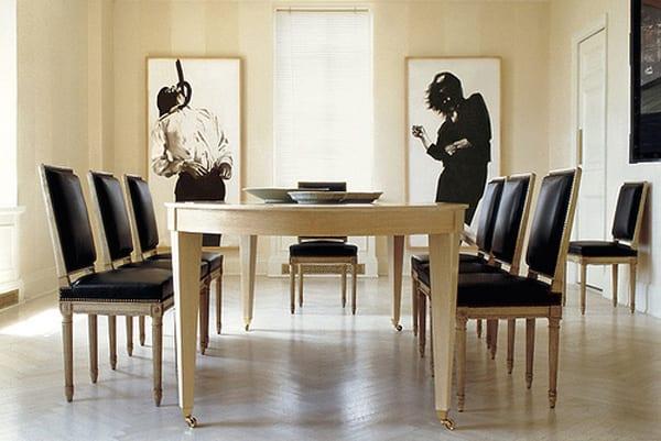 modernes esszimmer mit parketboden und Esstisch aus Holz mit rollern-Holzstühle antik mit ledersitzen und Rucklehnen schwarz