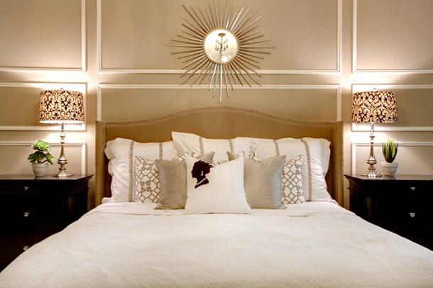 schlafzimmer dekorieren mit schwarzen nachttischen und zwei nachttischlampen-spiegel im schlafzimmer