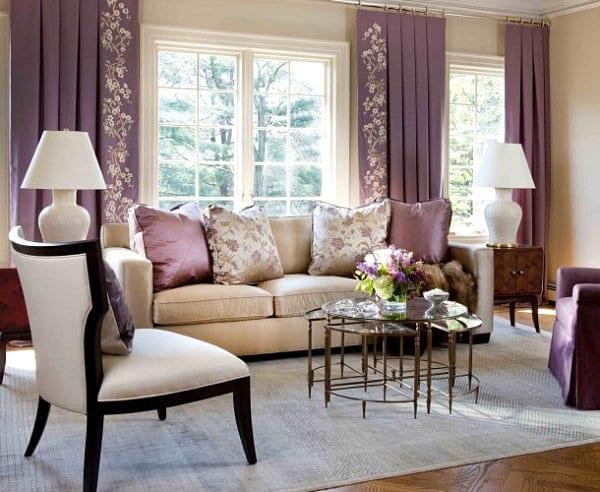 kleines wohnzimmer einrichten mit parkett und sideboards antik-wohnzimmer dekorationsidee mit weißen tischlampen und sofa beige mit lila sofakissen