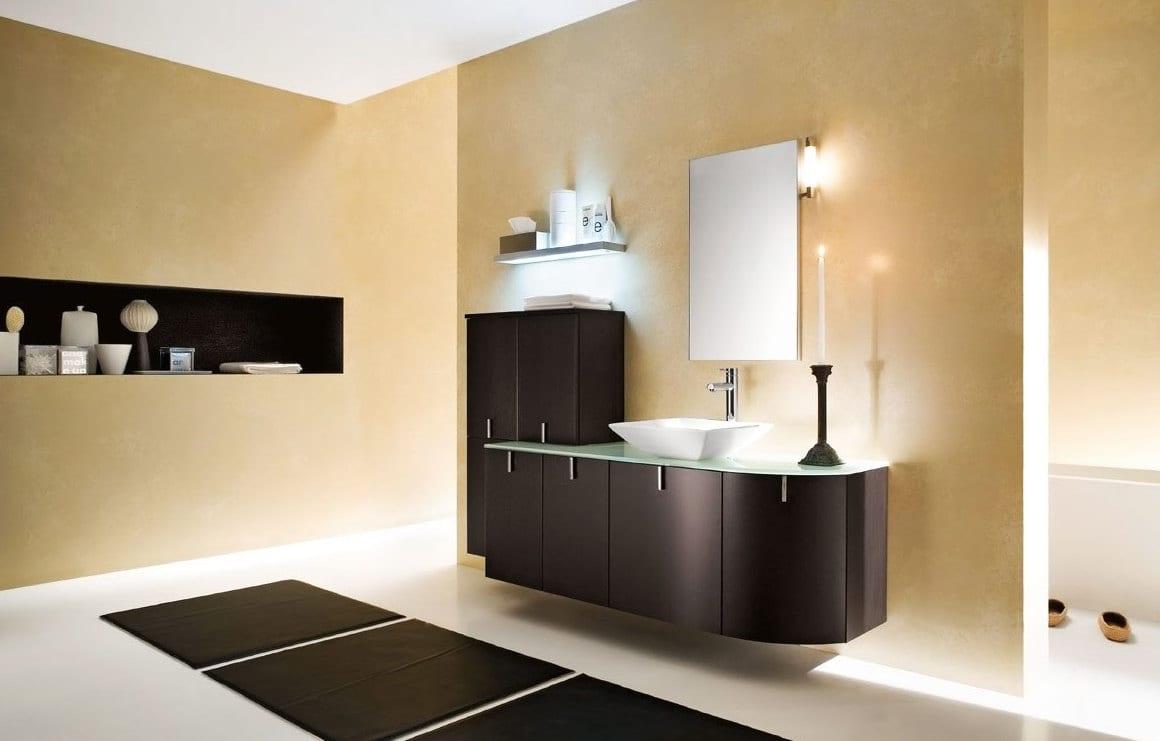 modernes badezimmer interior mit schwarzen badezimmermöbeln und schwarzen badezimmerteppich-goldene wönde und indirekte beleuchtung