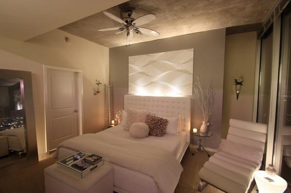 wandgestaltung schlafzimmer-spigel im schlafzimmer-quin bett mit lederkopfbrett in weiß-weiße lederliege