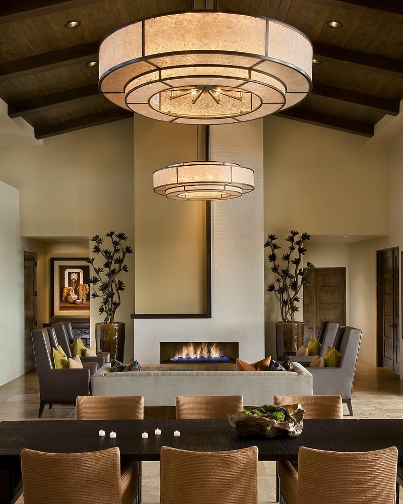 wohn esszimmer interir design mit moderner Pendelleuchte rund- stylisches wohnzimmer  mit Holzdecke und Kaminwand