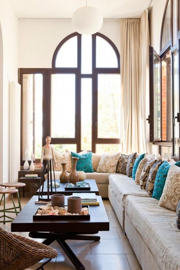 modernes wohnzimmer mit ecksofa und schwarzen couchtischen bogenfenster raumhoch - Modernes Wohnzimmer Beige