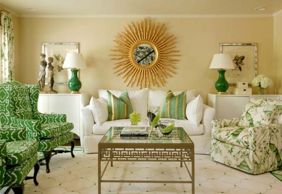 wohnzimmer design in beige und grün-weißes sofa und sessel grün-moderner teppich weiß mit motiven-wandgestaltung mit spiegel