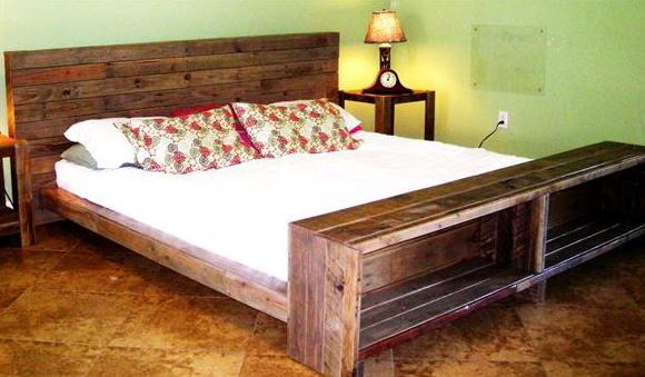 schlafzimmer grün mit wandfarbe grün und holzbett