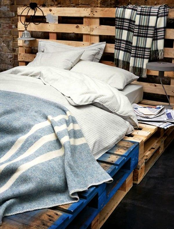 DIY Möbel aus paletten-einfaches palettenbett mit kopfbrett-bettdecke hellblau
