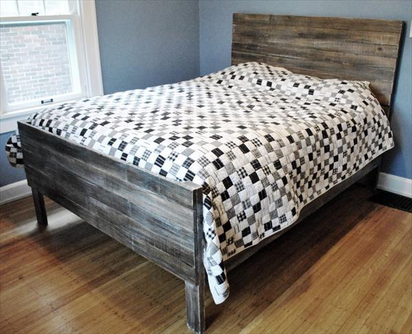 schlafzimmer blau mit wänden blau und holzbett-bettdecke weiß mit grauen und schwarzen quadraten