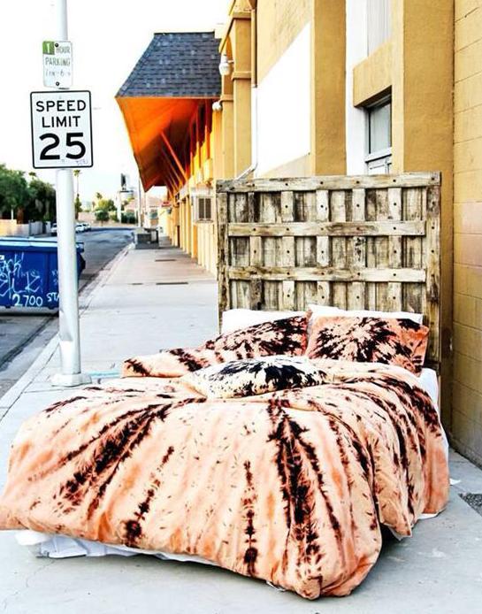 DIY Bett aus paletten mit interessantem kopfteil und moderne bettwäsche apricot