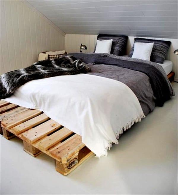 schlafzimmer dachschräge mit palettenbett und bettwäsche grau und schwarz