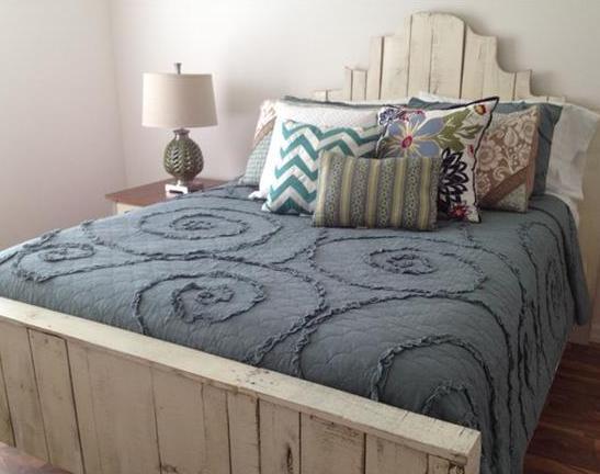 DIY bett weiß mit bettdecke blau-bett dekorieren