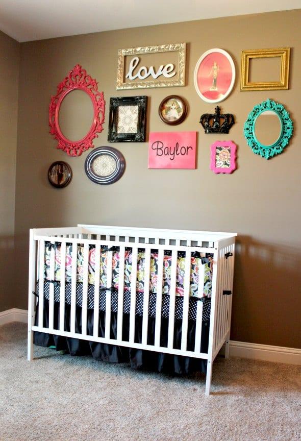 babyzimmer mit wandfarbe braun und weißem gitterbett