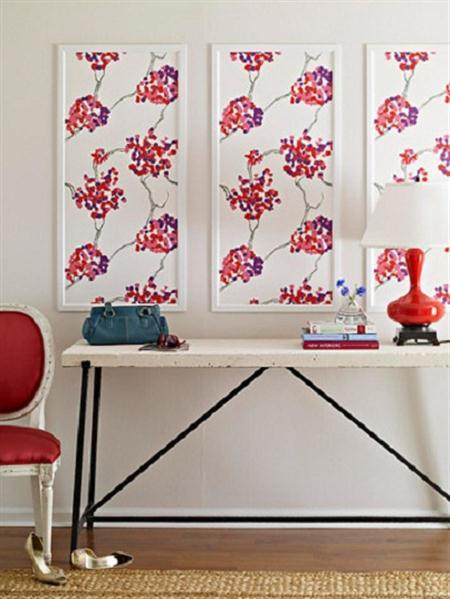 wanddeko idee mit weißen bilderrahmen- weiße anrichtetisch mit roter tischlampe