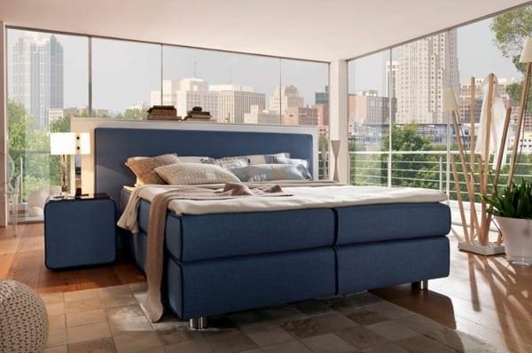 modernes schlafzimmer mit bett dunkelblau-holzboden und bambusdeko idee
