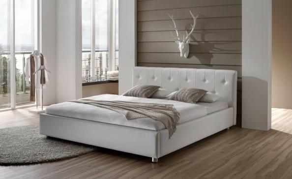 modernes schlafzimmer mit bett weiß und laminatboden-teppich rund-schlafzimmer wanddeko