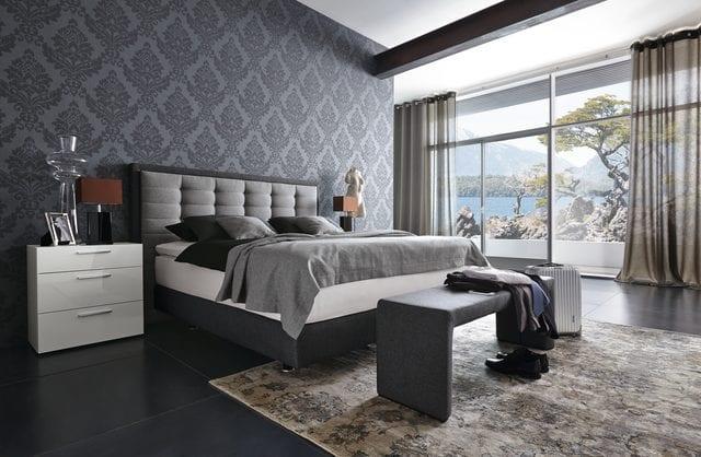 schlafzimmer wandgestaltung-bett grau mit bettdecke grau und schwarzen kissen
