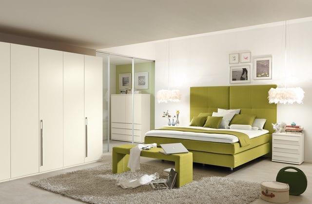 modernes schlafzimmer weiß mit box spring bett grün