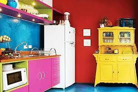 kleine küche mit wandfarbe rot und wand blau