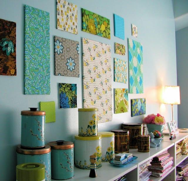 Wandfarbe blau mit wandgestaltung aus Textilbildern