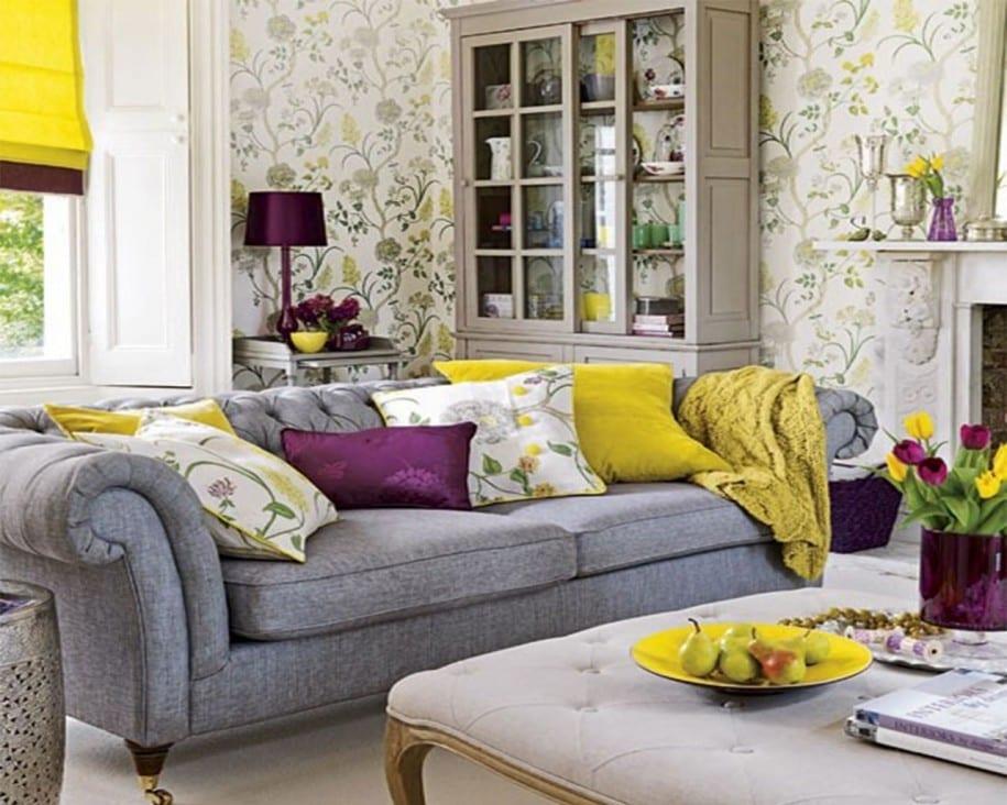 modernes wohnzimmer mit sofa grau und fensterrollos gelb-tapete mit blumenmotiv in grau und grün