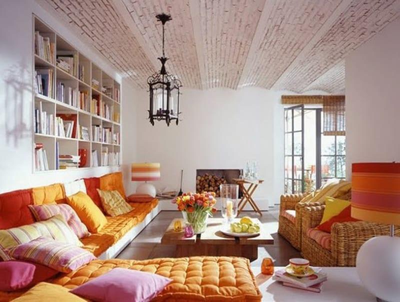 moderne seats and sofas mit Polsterkissen orange und pink-deckengestaltung mit weißen ziegeln und pendelleuchte laterne-eingebauter bücherregal weiß
