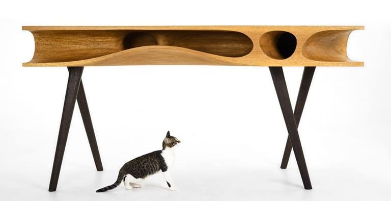 design schreibtisch aus holz mit spielfläche für die Hauskatzen
