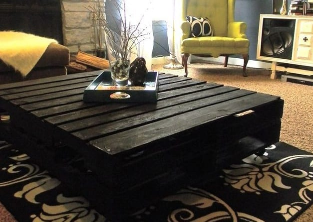 wohnzimmer gestalten mit couchtisch aus paletten und teppich schwarz-sessel gelb