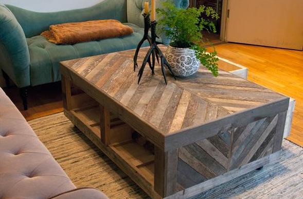 möbel aus paletten-sofa samt blau-DIY couchtisch