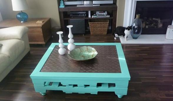 DIY couchtisch aus paletten in blau-tisch dekorieren