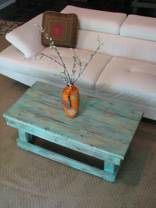 DIY Couchtisch aus Paletten in blau- modernes sofa weiß mit Palettentisch