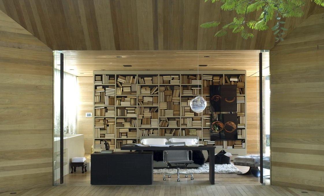 büro idee mit Büroregalen aus Holz und schwarzen Büromöbeln