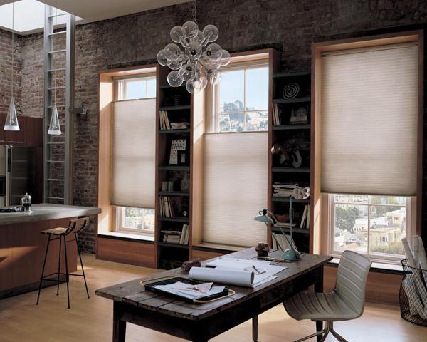 raumgestaltung mit ziegeln und holzfenster mit weißen fensterrollos-weißer bürostuhl und schreibtisch aus holz