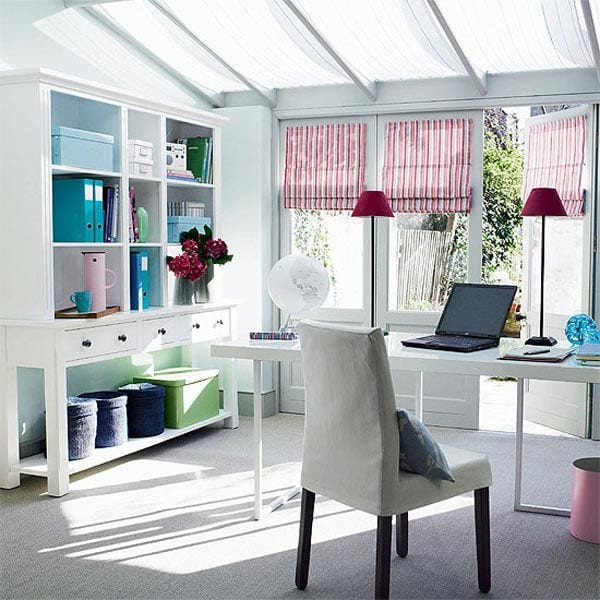 büroausstattung mit weißen Büromöbeln- oberlicht mit weißen gardinen-tischlampe violett