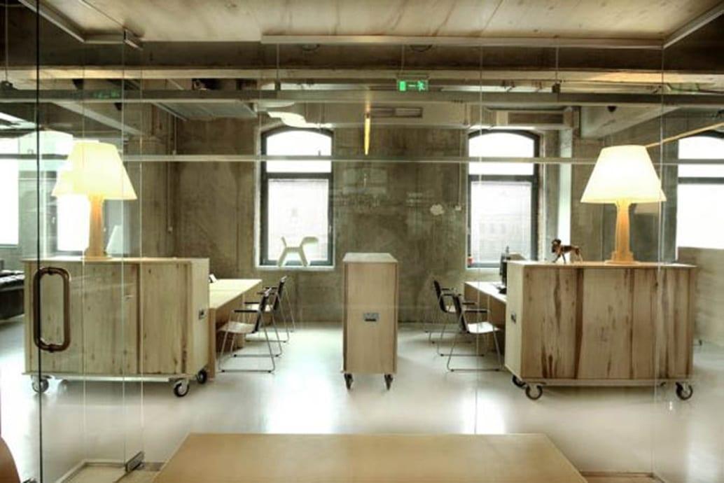 büroräume einrichten mit Büroschränken aus holz mit rollern