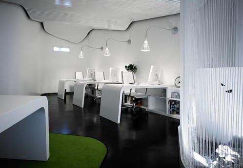 modernes büroausstattung mit weißen büroschreibtischen und Bürostühlen ergonomisch-deckengestaltung weiß