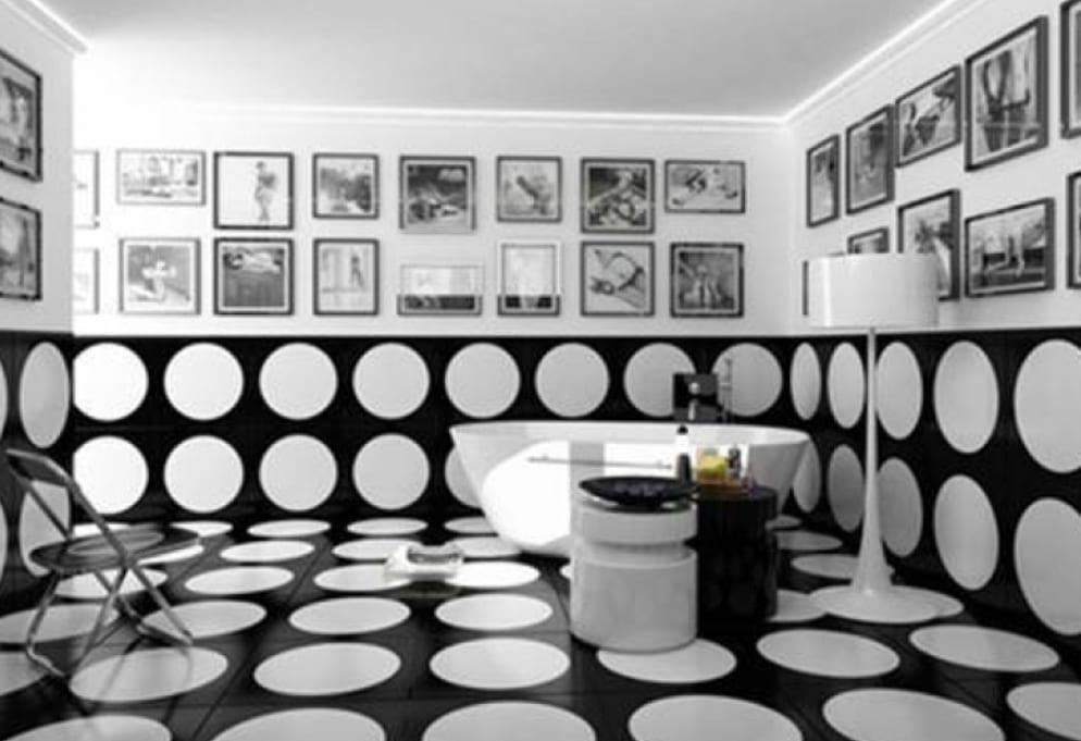 schwarze badezimmer fliesen mit weißen Punkten-freistehende weiße badewanne mit weißer Stehleuchte-moderne runde Bedienungstische in weiß und schwarz