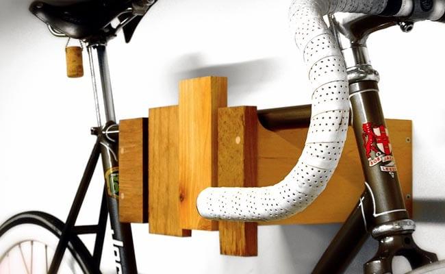 ideen fur wandgestaltung und aufbewahrung von fahrrad im wohnzimmer