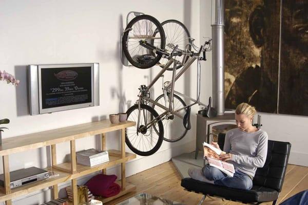 wohnzimmer design mit fahrrad wandhalterung-sideboard holz