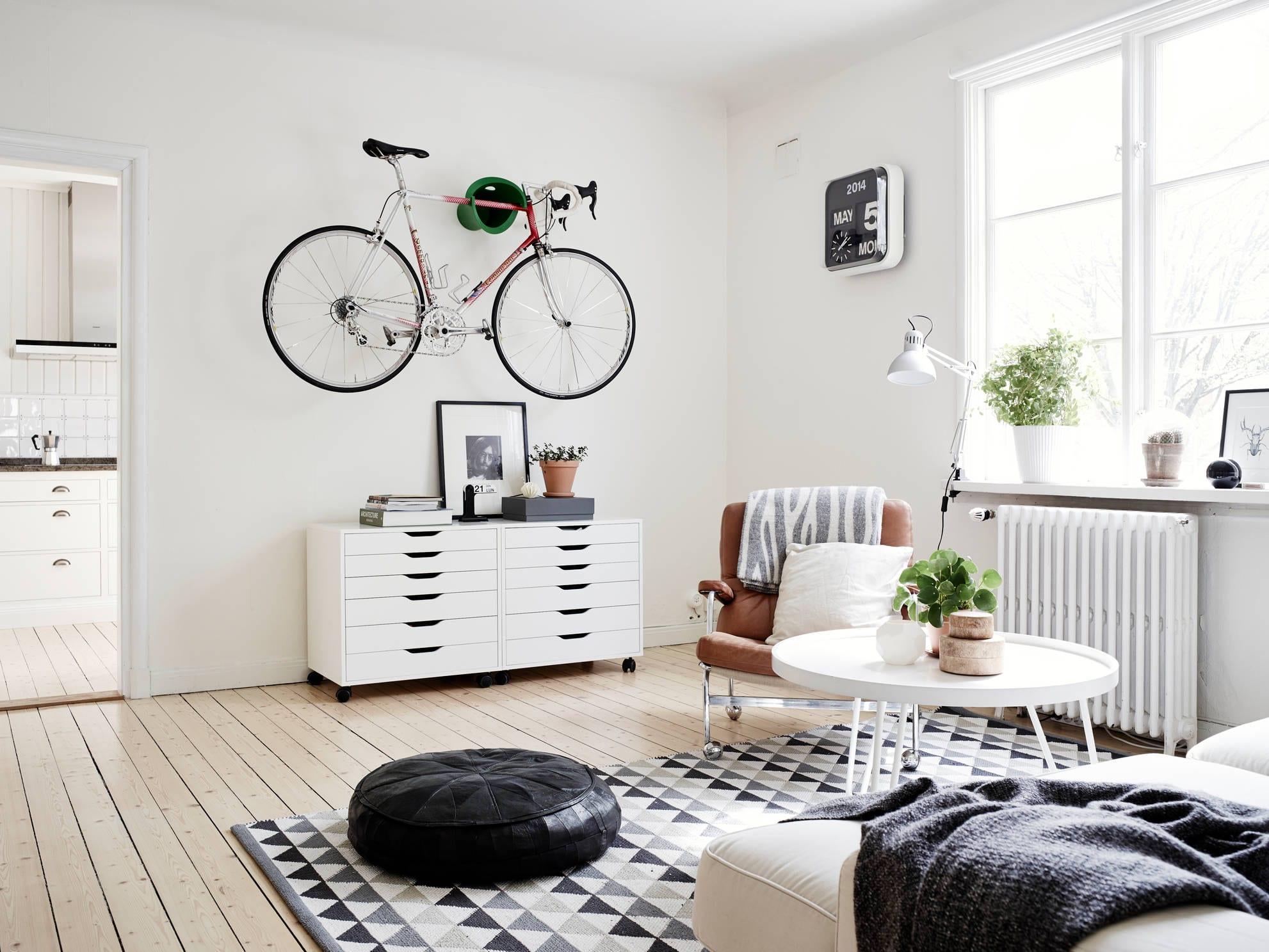 modernes wohnzimmer mit holzboden und teppich schwarz grau-ledersitzkissen-sideboard dekorieren
